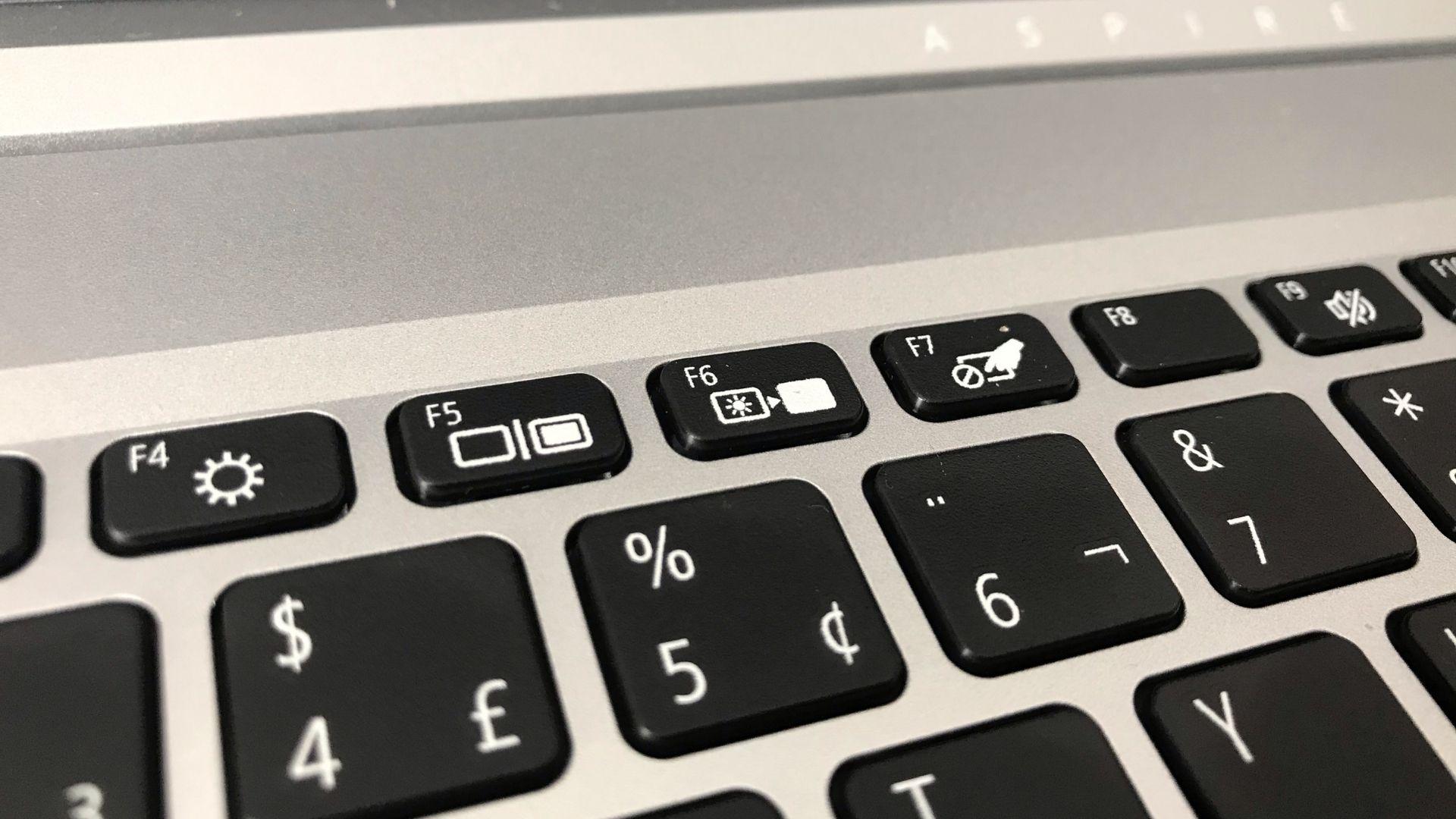 Os botões superiores do teclado do Acer Aspire 5 são quase todos de atalho para alguma função do computador, então é preciso apertar a tecla Fn, que fica no canto inferior esquerdo, para usar os comandos como F5 (Foto: Guilherme Toscano)