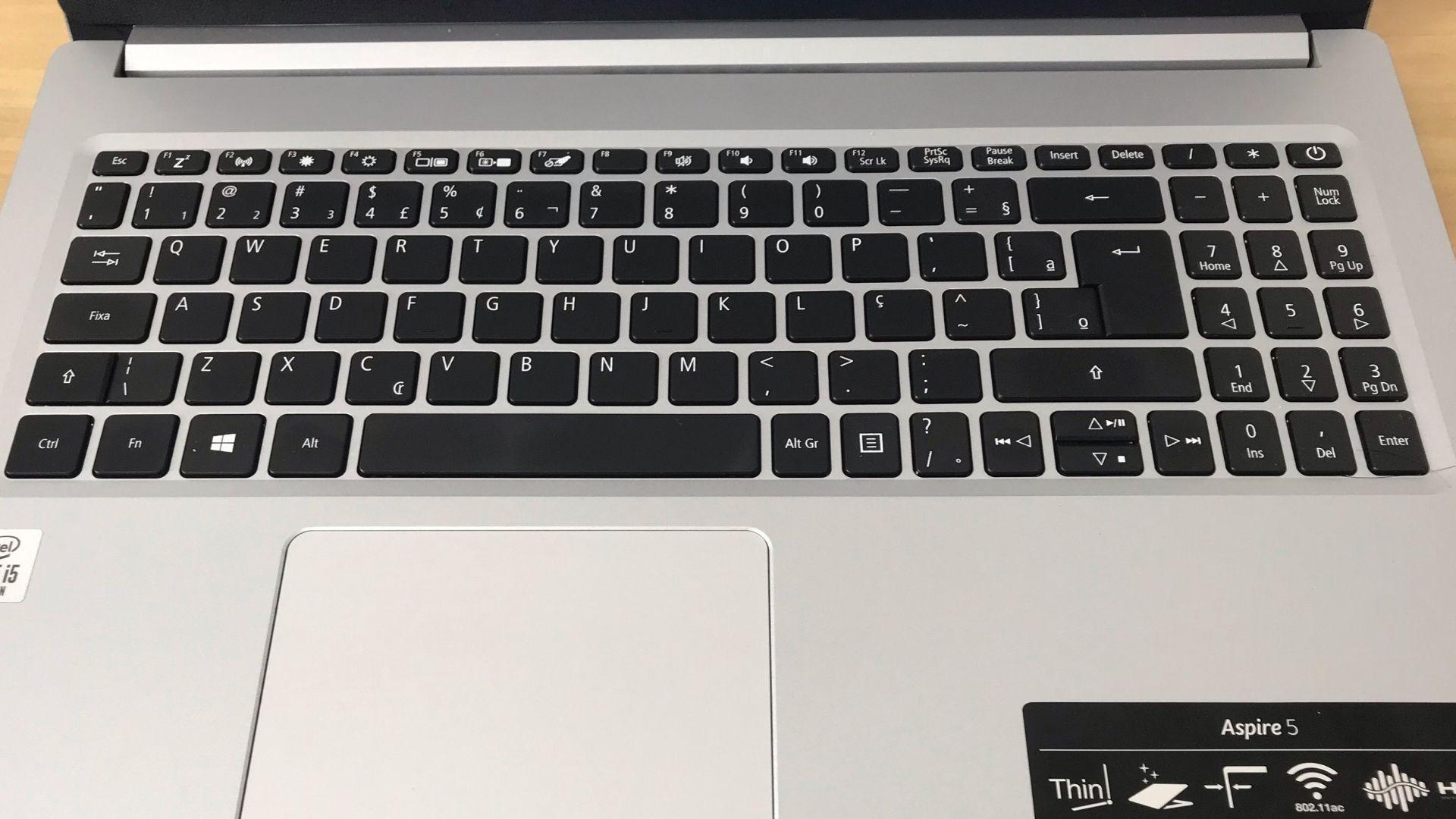 Este é o teclado do Acer Aspire 5, com seu trackpad logo abaixo (Foto: Guilherme Toscano)