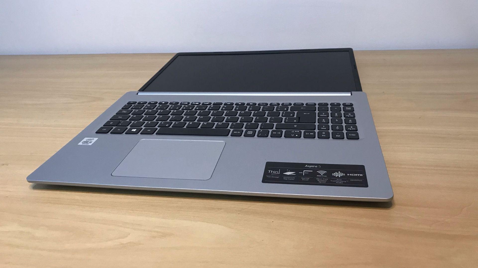 Acer Aspire 5 tem uma abertura bem grande sem precisar forçar as dobradiças (Foto: Guilherme Toscano)
