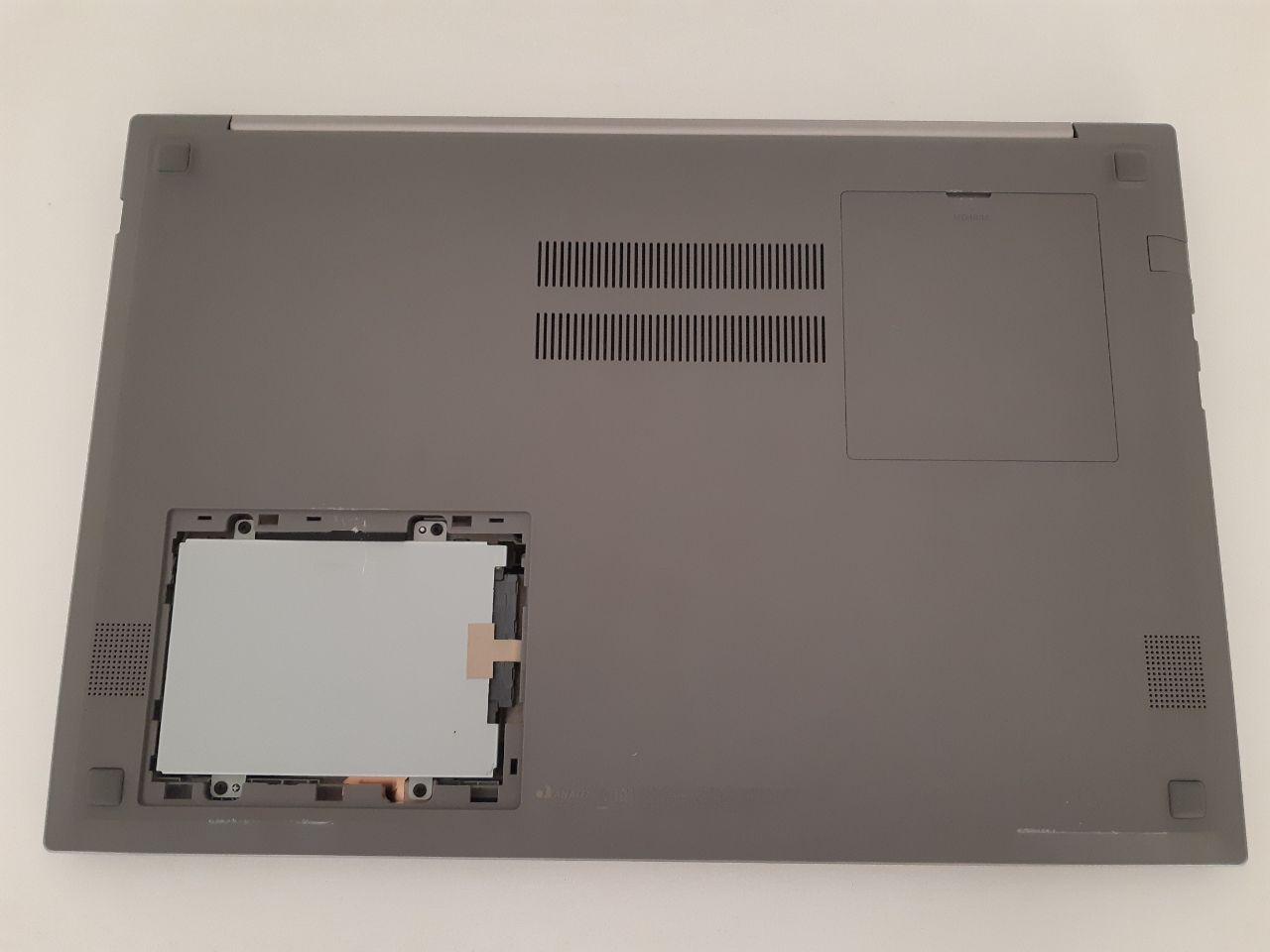 As tampas abrem facilmente e trocar o HD ou adicionar mais memória RAM não te fazem perder a garantia do notebook (Foto: Filipe Salles)