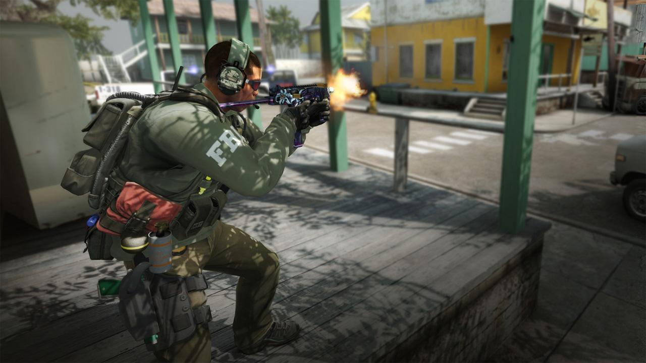 Ilustração de CS:GO mostrando personagem atirando em meio a uma cidade abandonada
