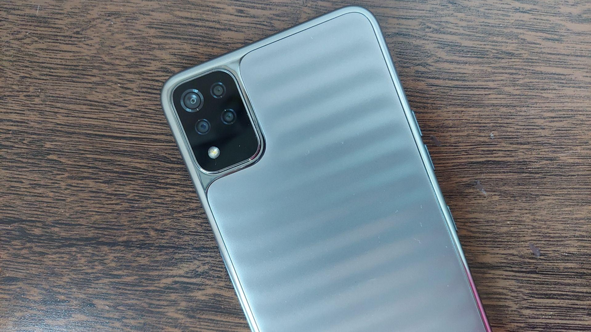 LG K52: celular tem conjunto de câmeras quádruplas (Foto: Aline Batista/Zoom)