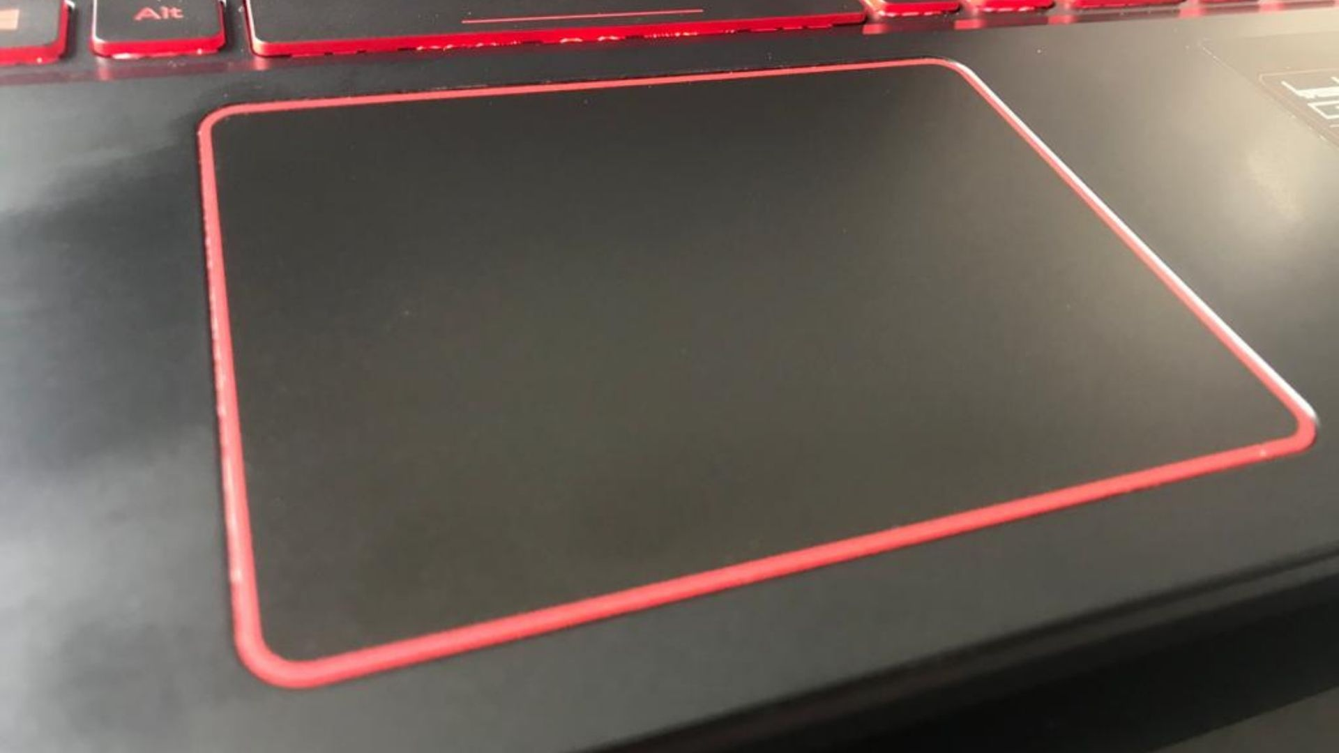 O trackpad do Acer Aspire Nitro 5 é bonito, mas deixa a desejar na experiência para o usuário (Foto: Guilherme Toscano)