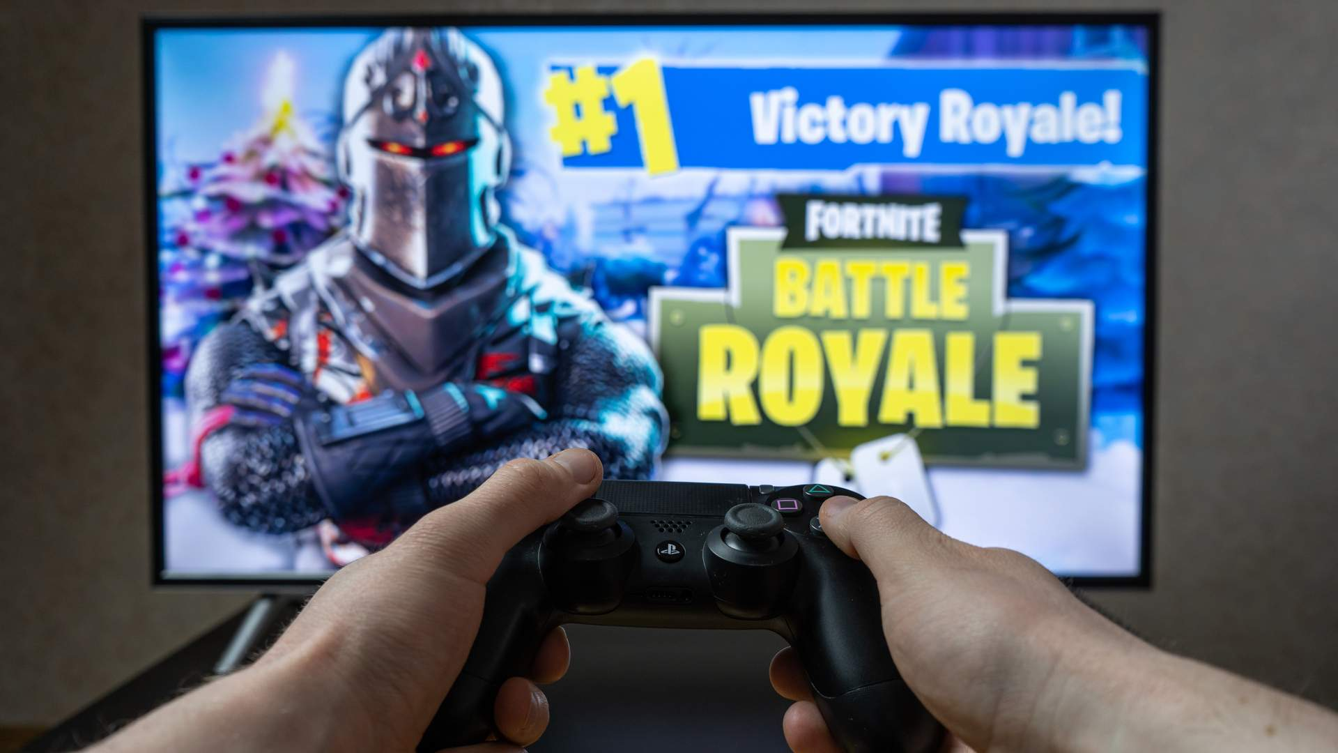 Fortnite Battle Royale é um dos jogos competitivos mais versáteis, podendo ser jogado em computadores, videogames e celulares (Fonte: Shutterstock/Rokas Tenys)