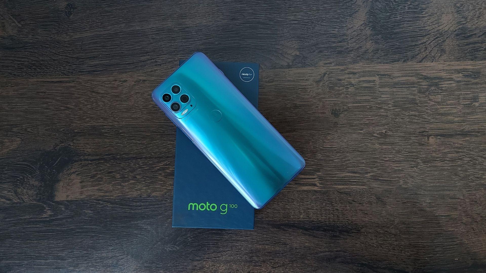 Imagem de Moto G100 em cima de sua caixa