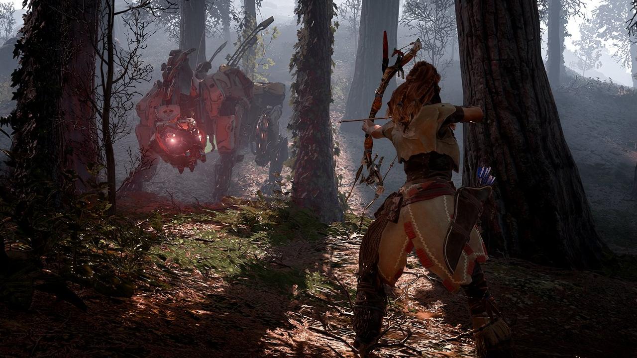 Foto mostra Alloy apontando arco e flecha para máquina no meio da floresta