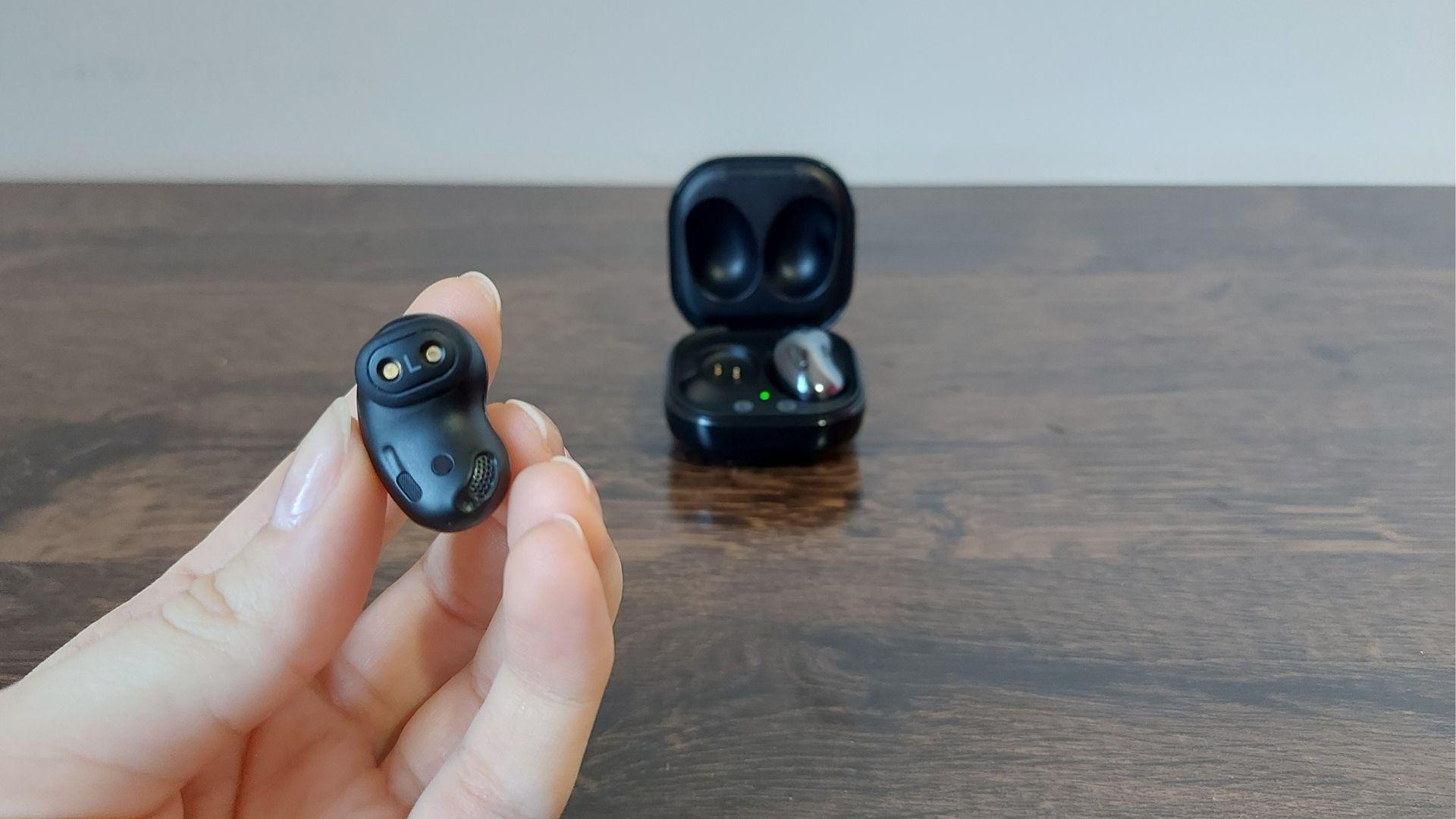 Design do Galaxy Buds Live é interessante para quem não gosta de fone intra-auricular (Foto: Aline Batista/Zoom)