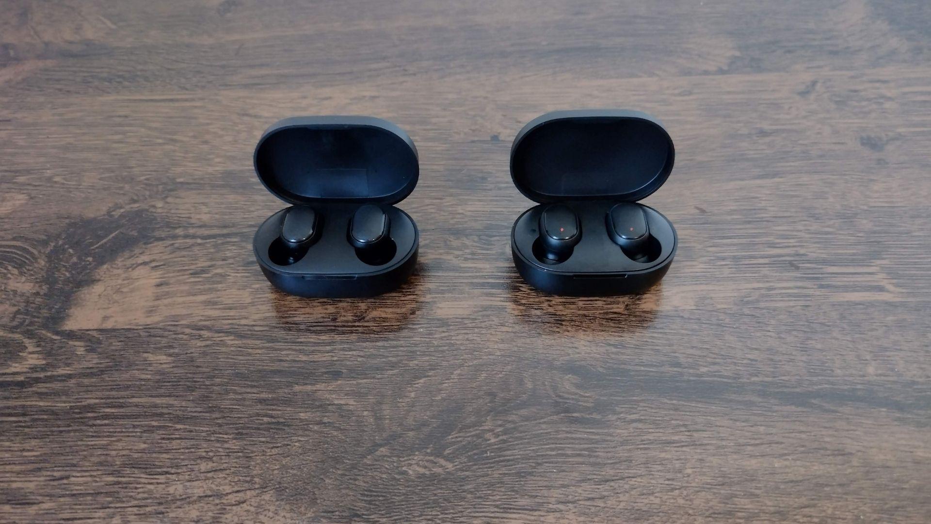 Redmi AirDots (à esquerda) e AirDots 2 (à direita) são praticamente iguais (Foto: Aline Batista/Zoom)