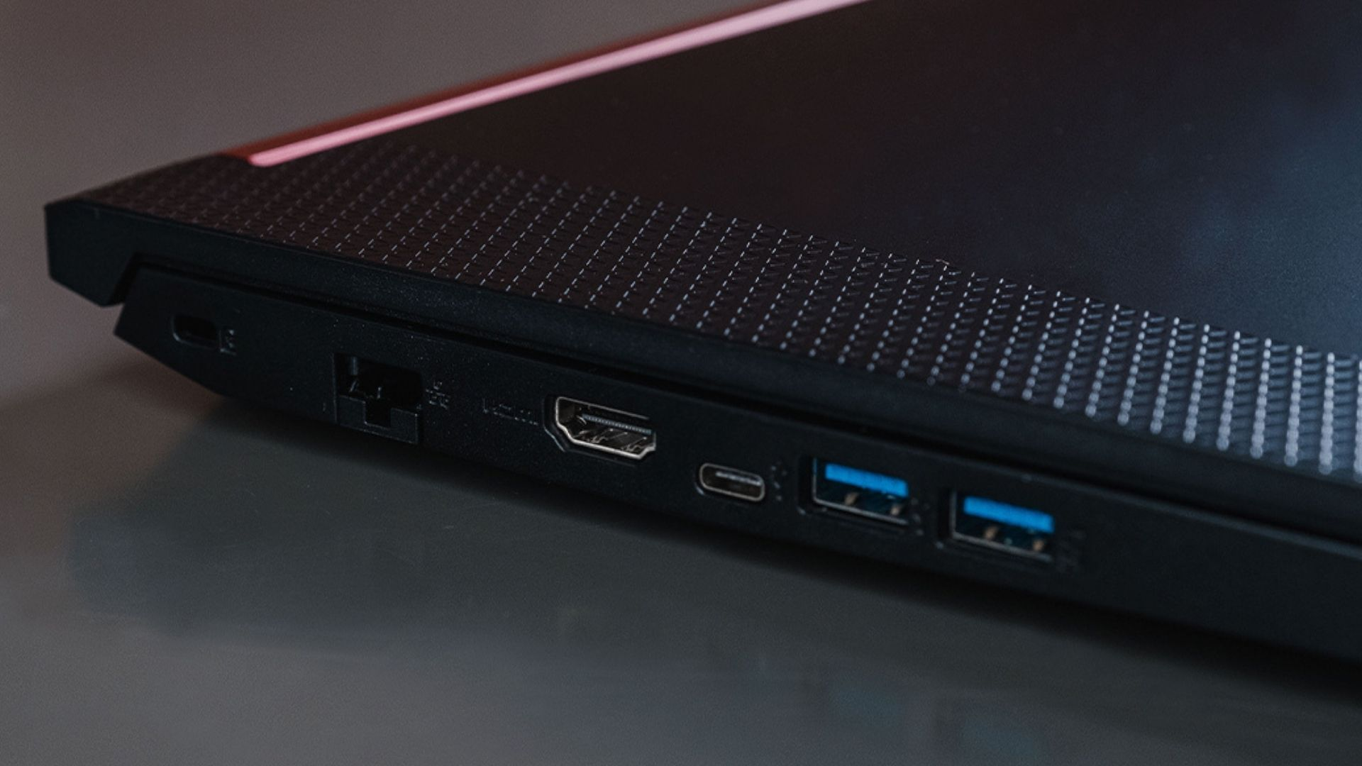 As entradas em azul são as que têm tecnologia USB mais moderna (Foto: Zoom)