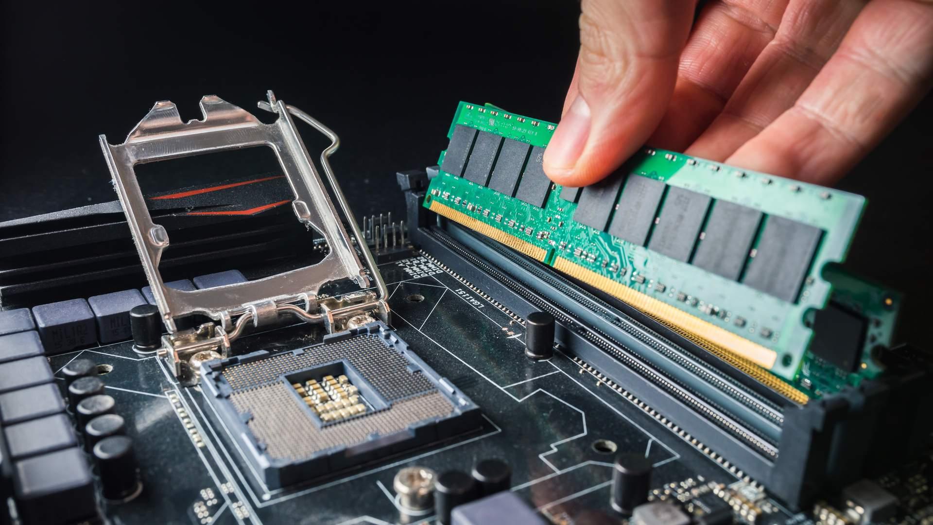 Memória RAM sendo encaixada no respectivo soquete na placa-mãe