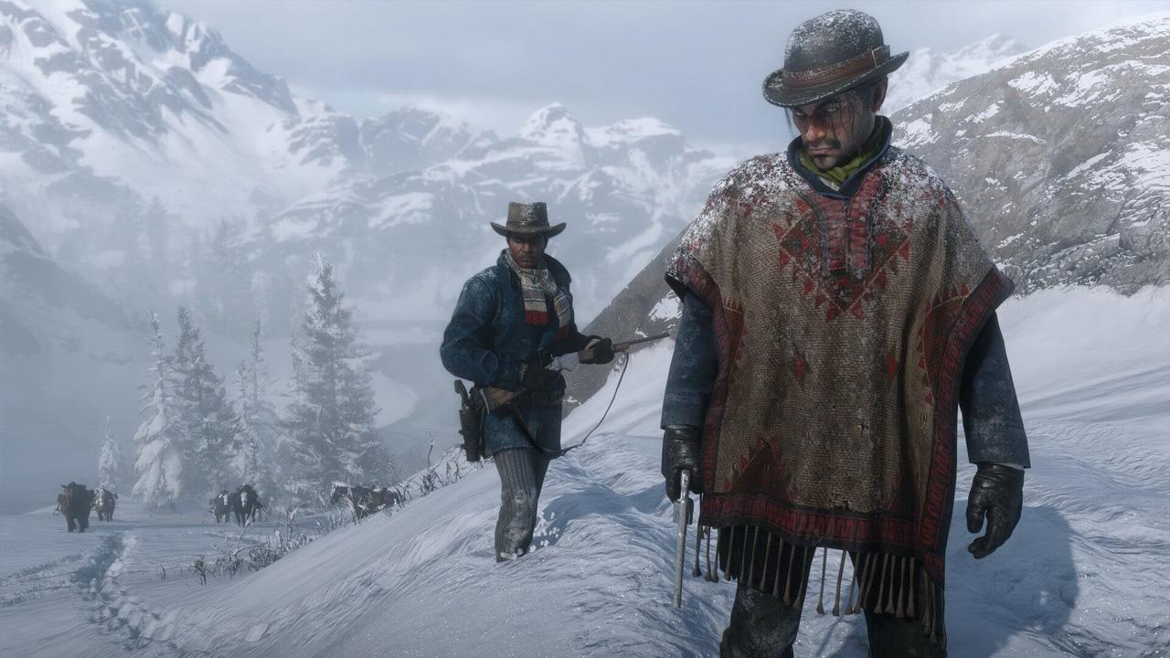 Cena do jogo Red Dead Redemption 2 com dois personagens caminhando por uma montanha cheia de neve