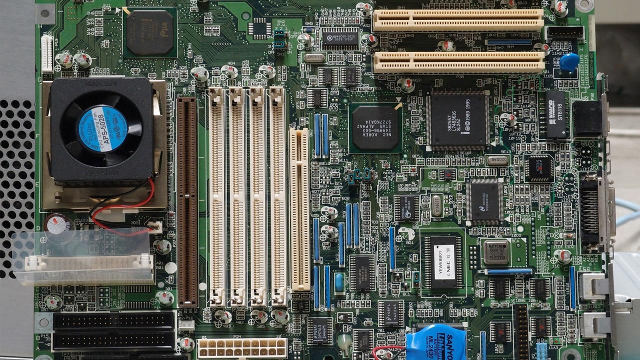 A placa-mãe é a peça que permite a comunicação entre todos os componentes do PC (Reprodução: Pixabay da Pexels)