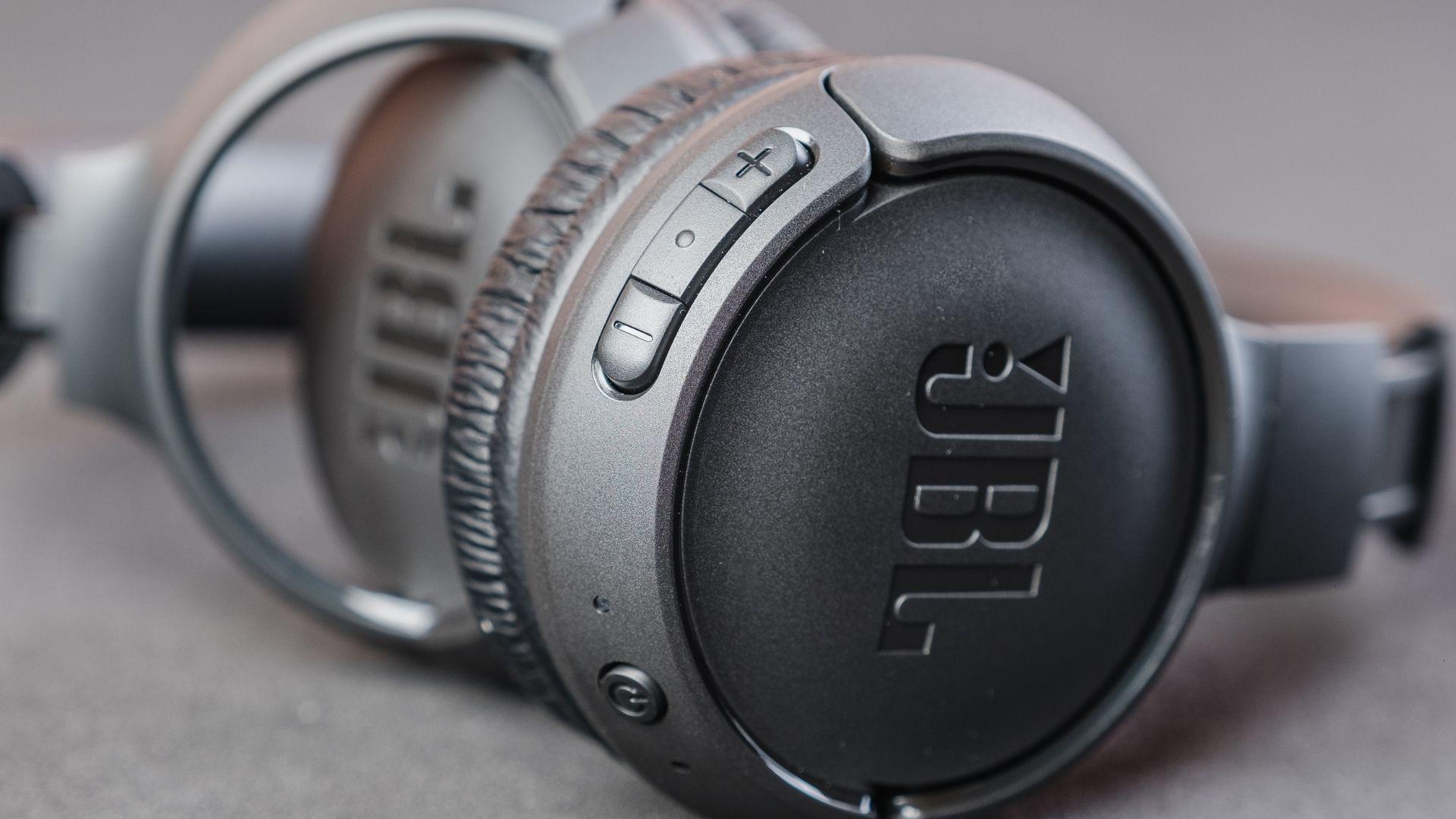 Detalhe dos botões de controle do JBL Tune 500BT (Foto: Zoom)
