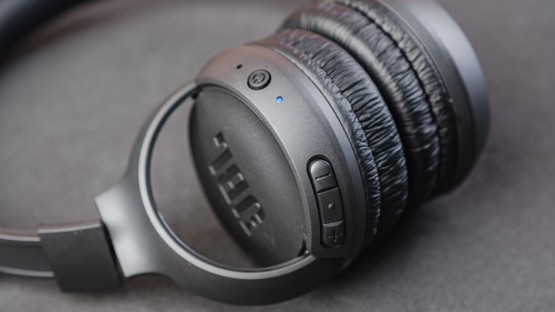 JBL Tune 500BT é compatível com assistentes de voz (Foto: Zoom)