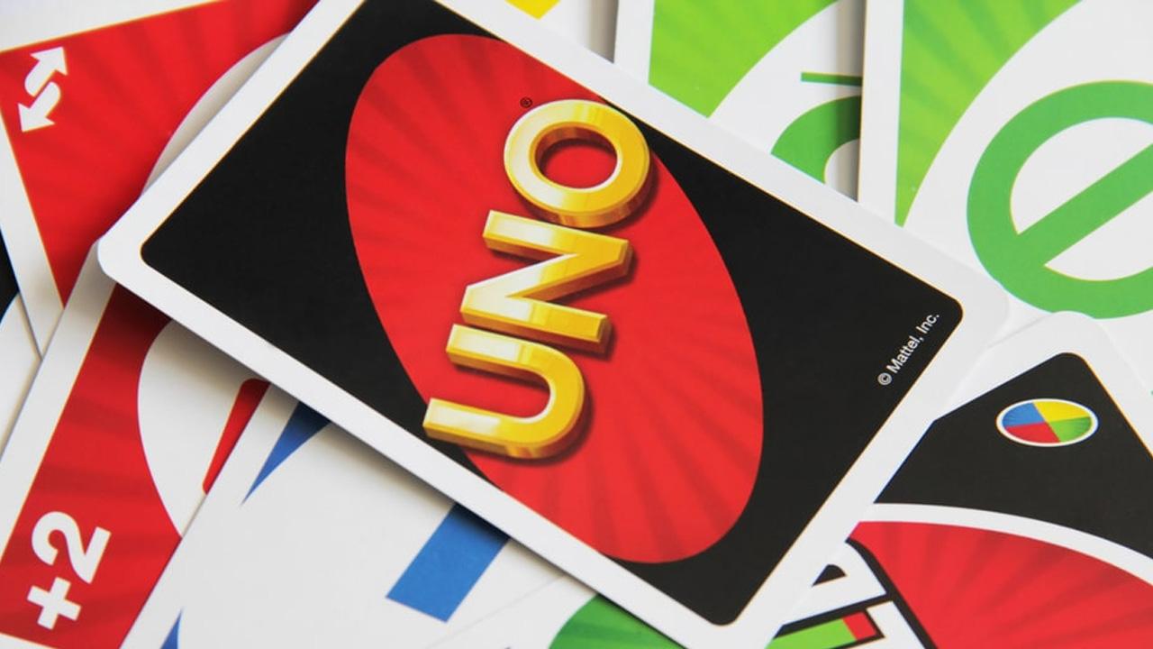 O objetivo em Uno é descartar todas as cartas em sua mão, porém a forma de vitória a longo prazo muda de acordo com a pontuação e escolha dos jogadores (Reprodução: TFIPost)