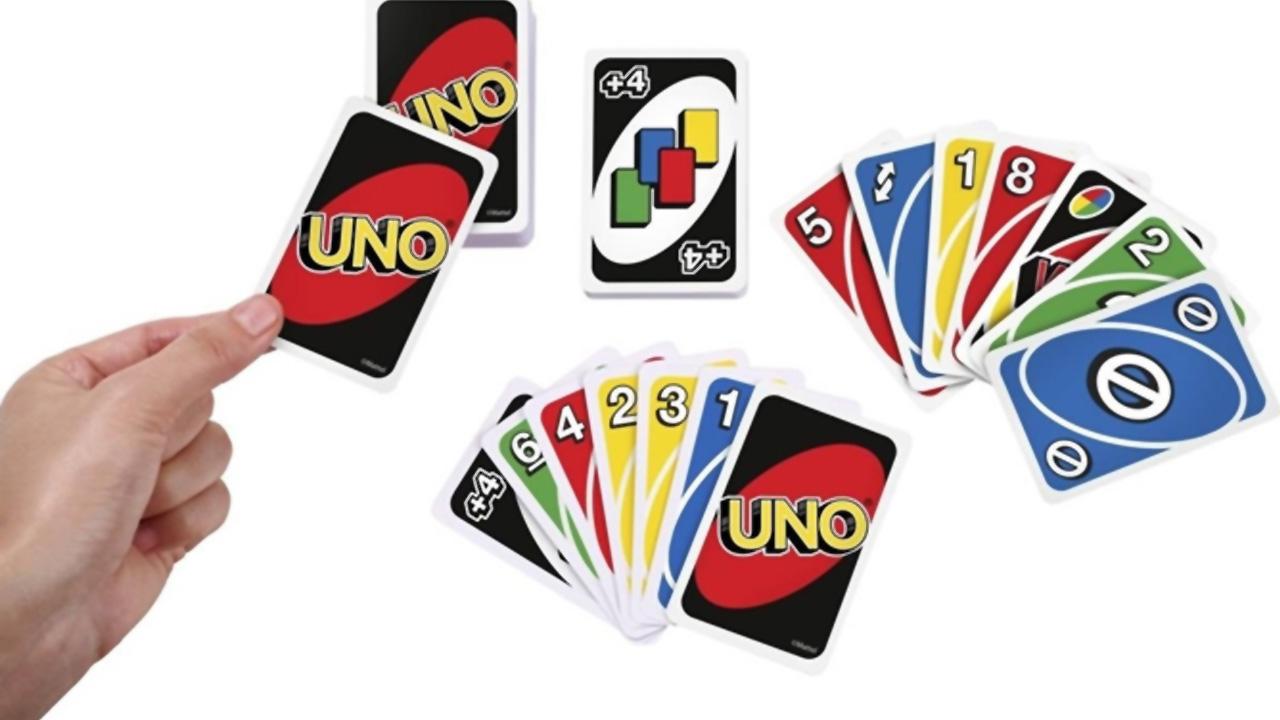 """Se o jogador for pego com apenas uma carta na mão sem ter anunciado """"Uno"""" antes, ele deve comprar quatro cartas, segundo as regras do Uno (Reprodução: Worten)"""