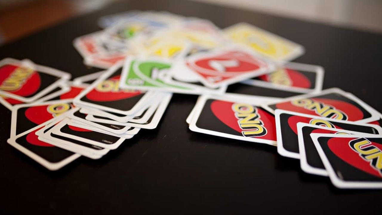 Ao final da partida os jogadores podem contar a pontuação de duas maneiras segundo as regras do Uno ou utilizarem seu próprio método (Reprodução: Bar Games 101)