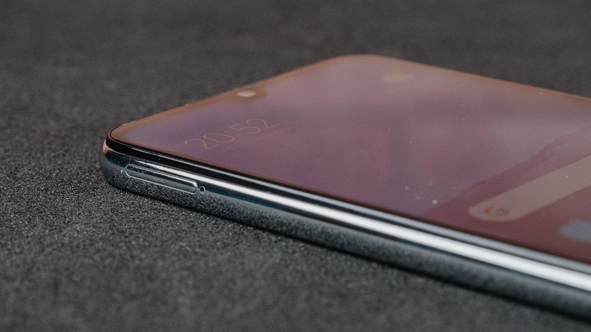 Detalhe da entrada para chip e cartão de memória do Redmi Note 8 (Foto: Zoom)
