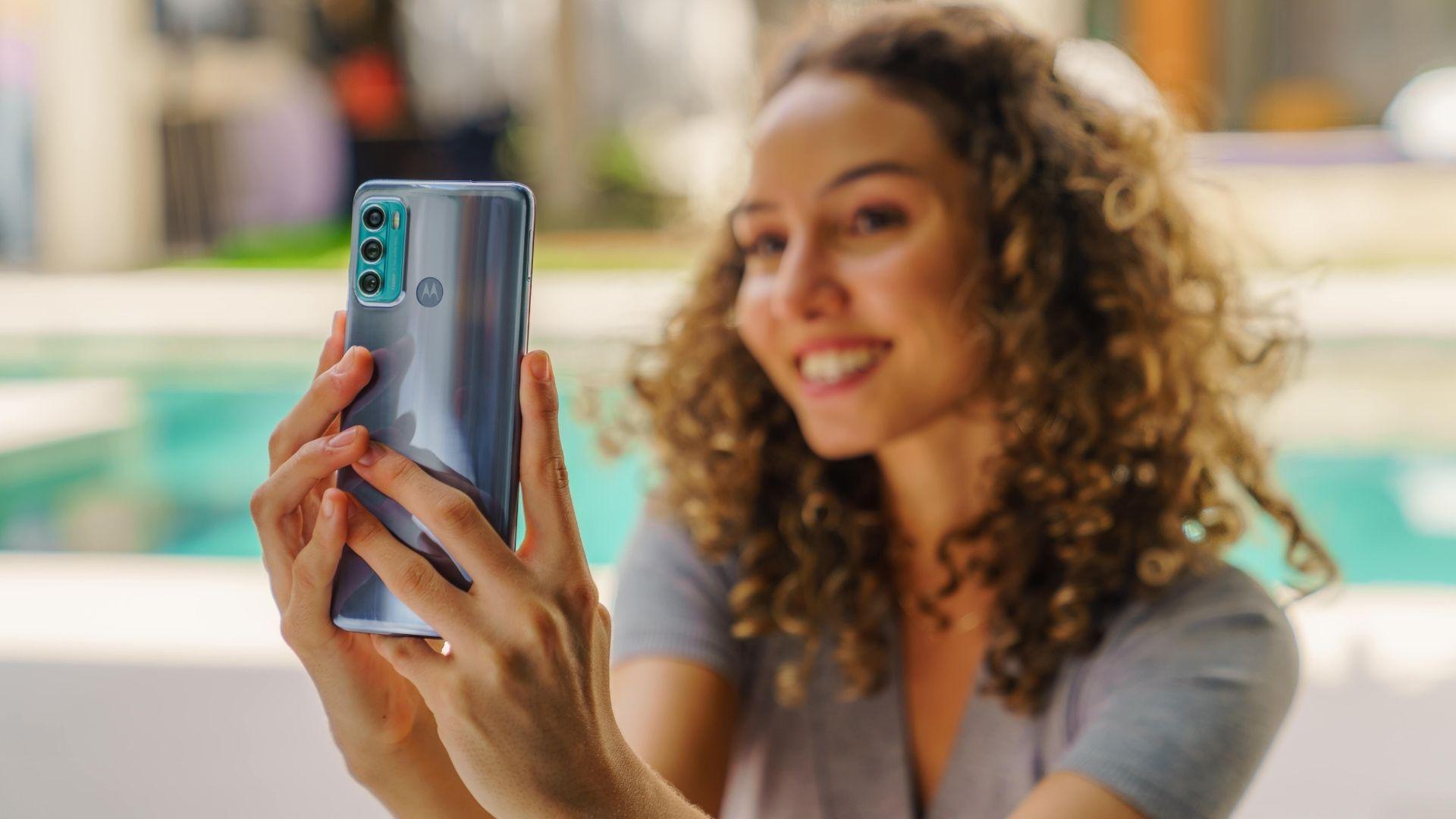 Câmera de selfie do Moto G60 tem flash LED discreto (Foto: Divulgação/Motorola)