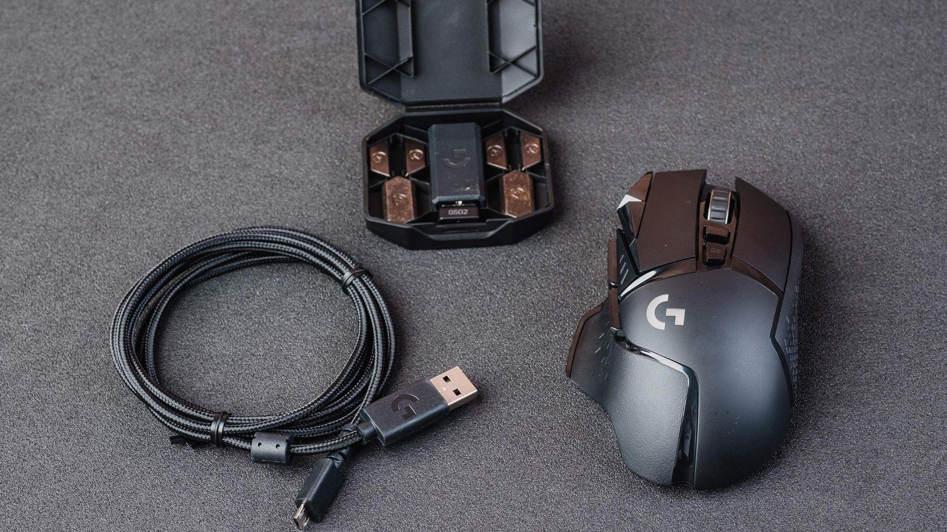Cabo USB que se liga diretamente ao mouse ou ao sensor, caixinha com sensor e pesos e o próprio mouse são o que vem na caixa (Foto: Zoom)