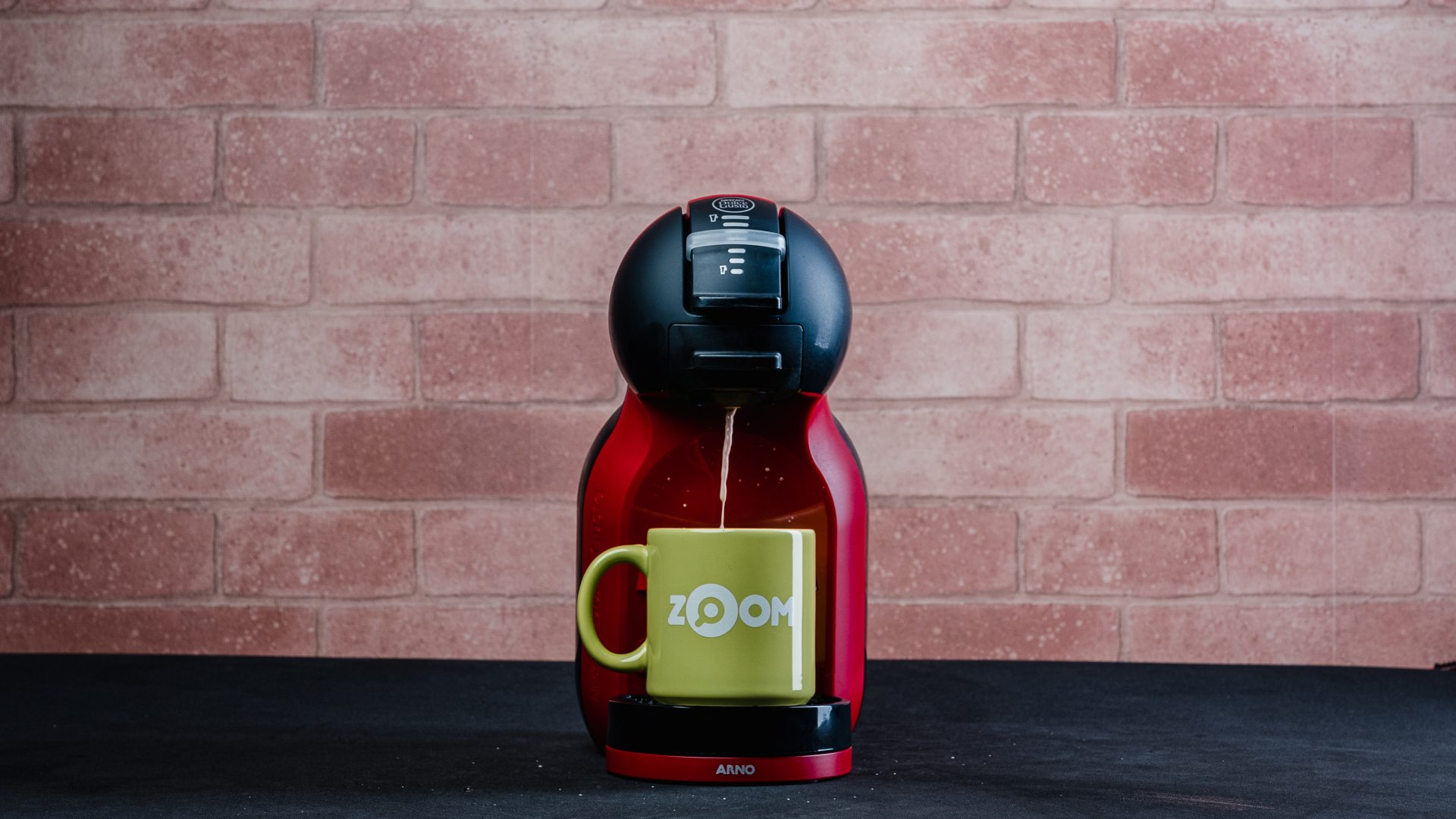 A cafeteira Dolce Gusto Mini Me prepara bebidas em duas temperaturas diferentes (Foto: Reprodução/Zoom)