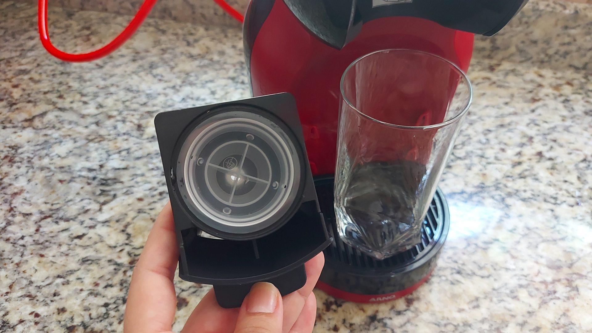 A ferramenta de limpeza da Dolce Gusto Mini Me é bem fácil de usar (Foto: Acervo Pessoal/Ariel Cristina Borges)