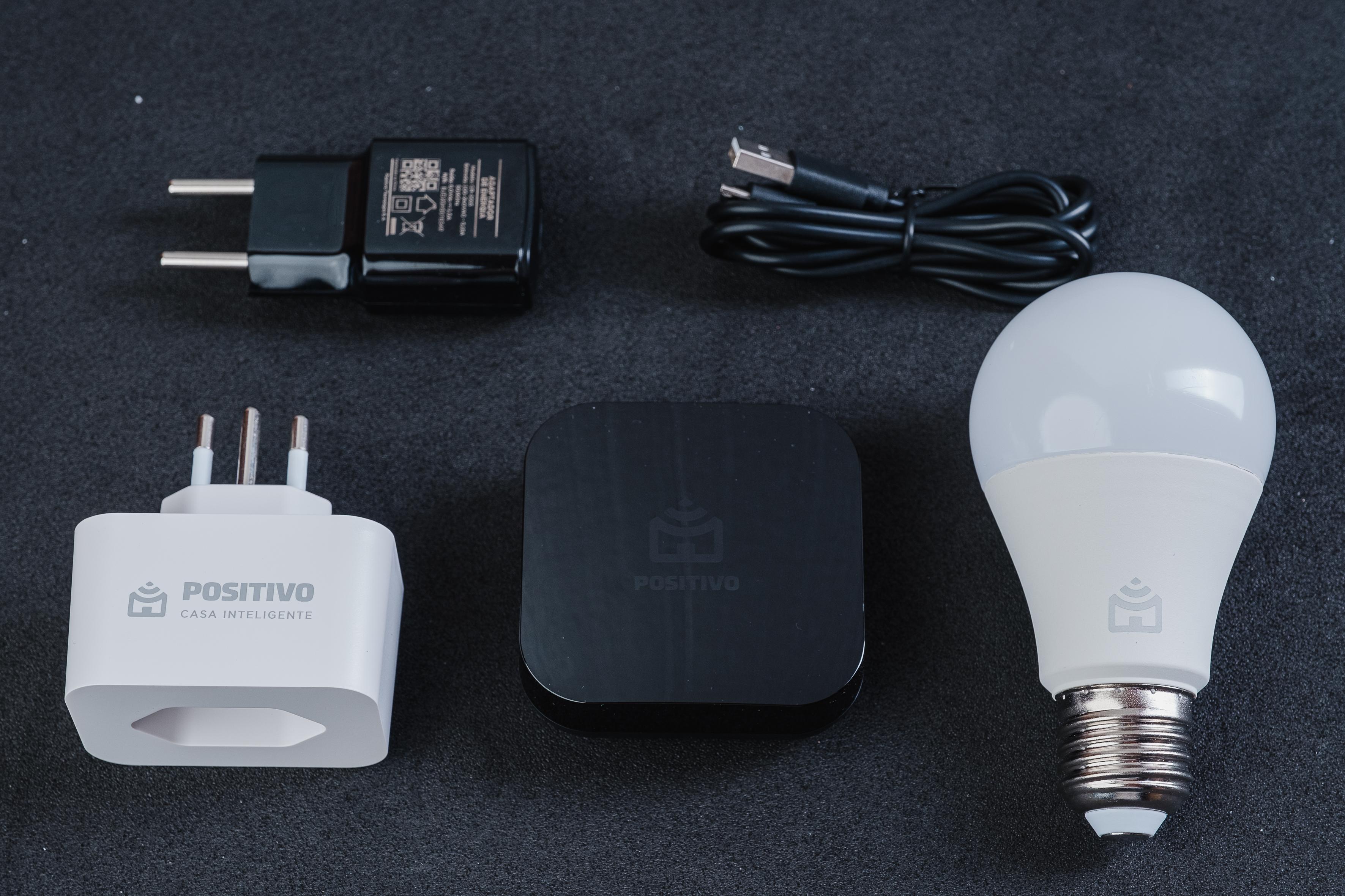 Além dos 3 dispositivos, o kit vem com cabo micro USB e fonte para o Smart Controle (Foto: Zoom)
