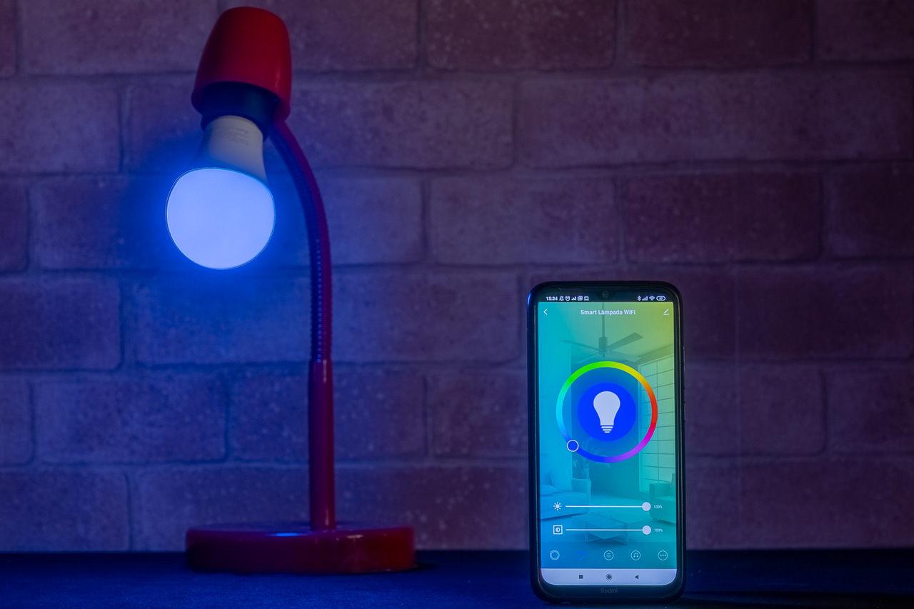 É possível controlar a cor da lâmpada pelo app (Foto: Zoom)