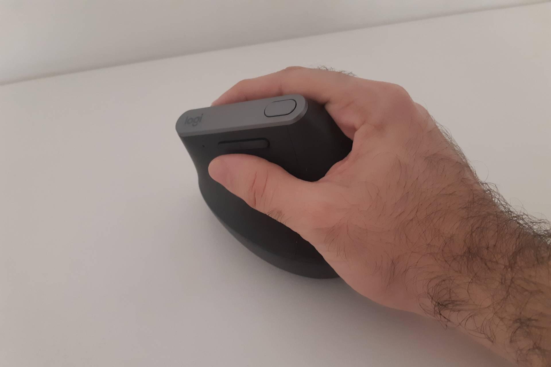 O mouse Logitech MX Vertical traz botões para avançar ou retroceder, além de um ajuste de sensibilidade (Foto: Filipe Salles)