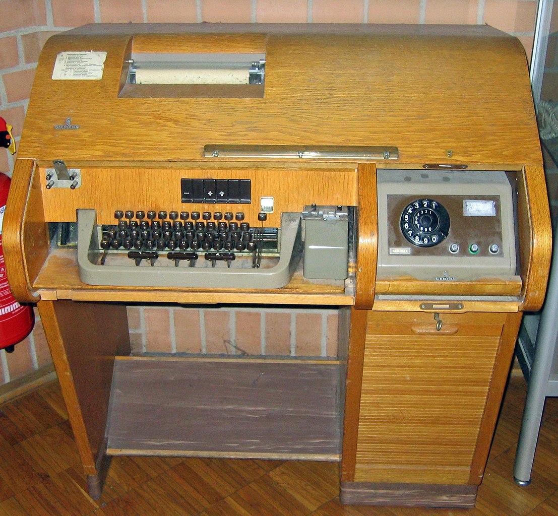 O primeiro computador que podia ser controlado remotamente era acessado pela linha telefônica e operado por aparelhos como esse da foto (Fonte: Wikimedia Commons/Flominator)