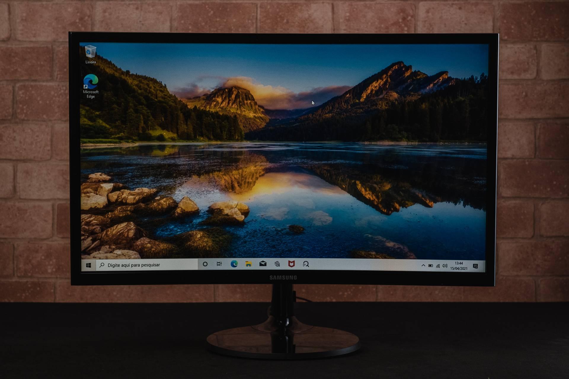 Pode não parecer em uma foto, mas o fato do monitor ser curvo faz bastante diferença na hora de trabalhar ou se divertir (Foto: Zoom)