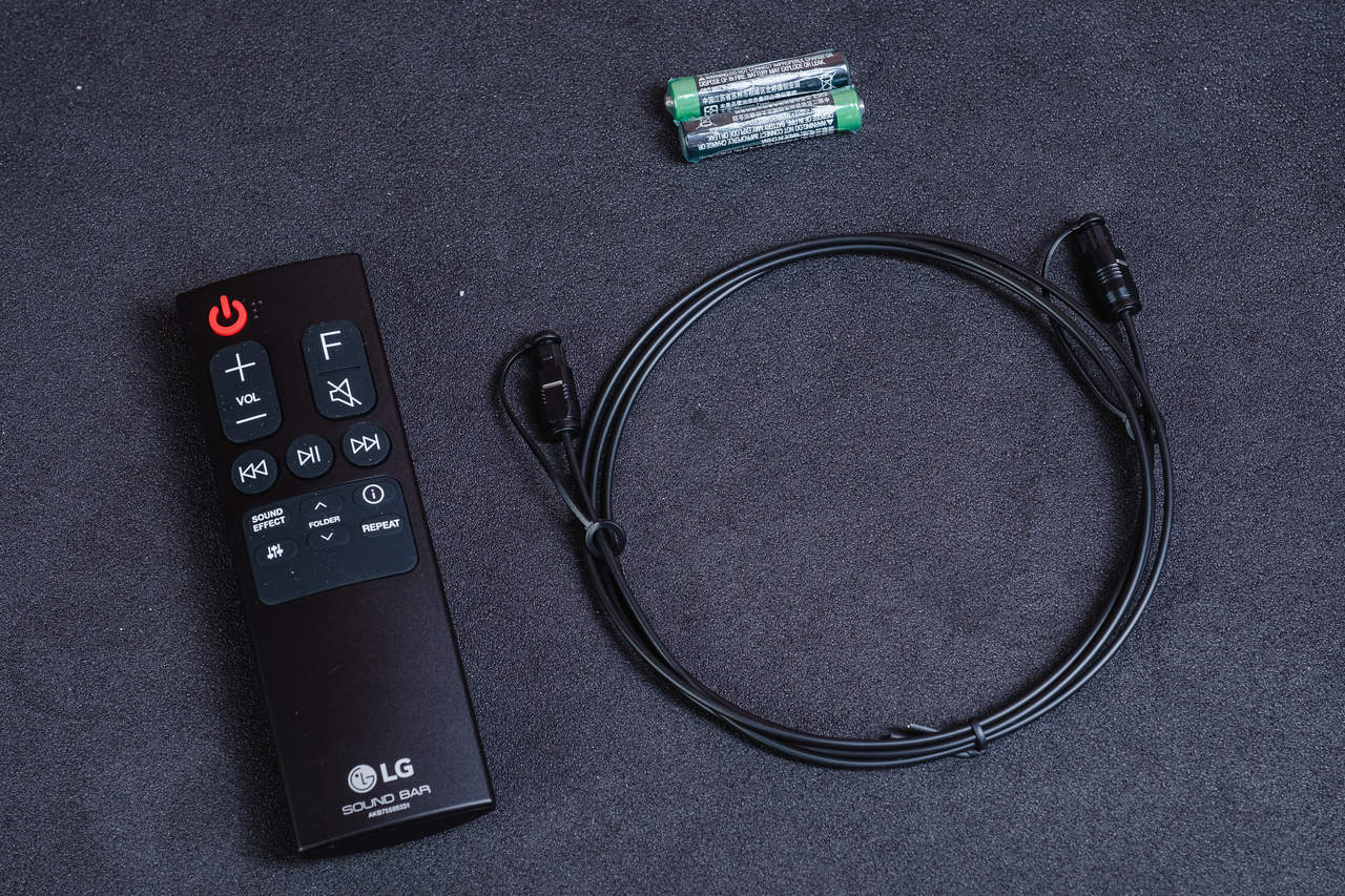 Além da soundbar e do subwoofer, a SNH5 vem com controle remoto e cabo óptico (Foto: Zoom)
