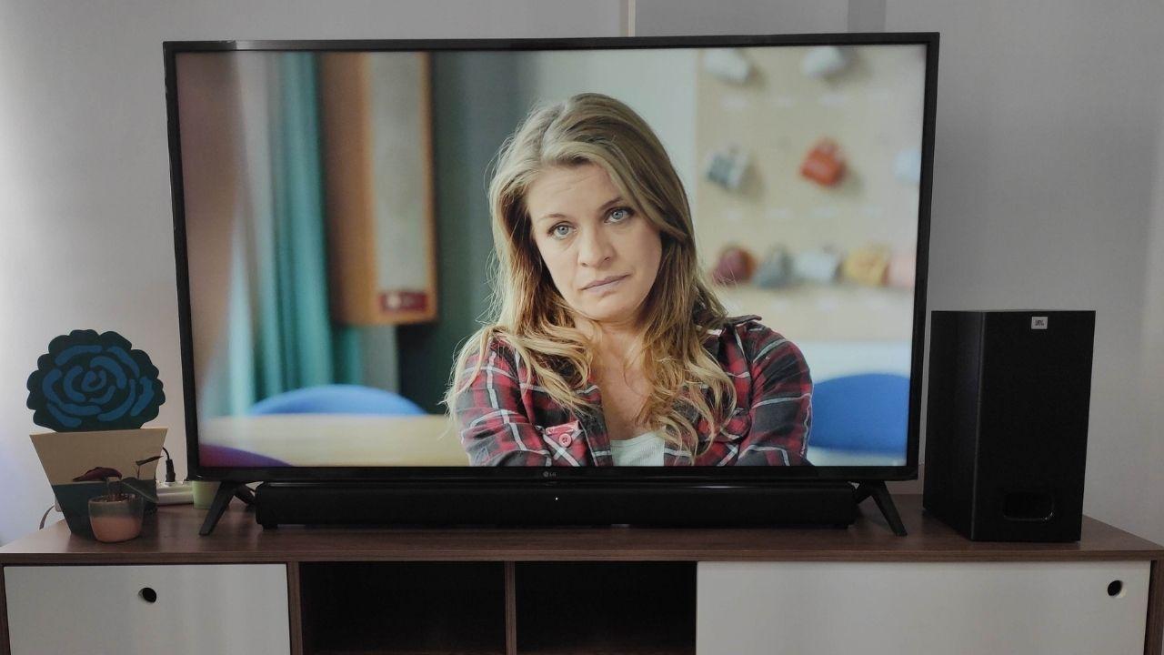Essa soundbar JBL fica quase camuflada na televisão (Foto: Zoom)