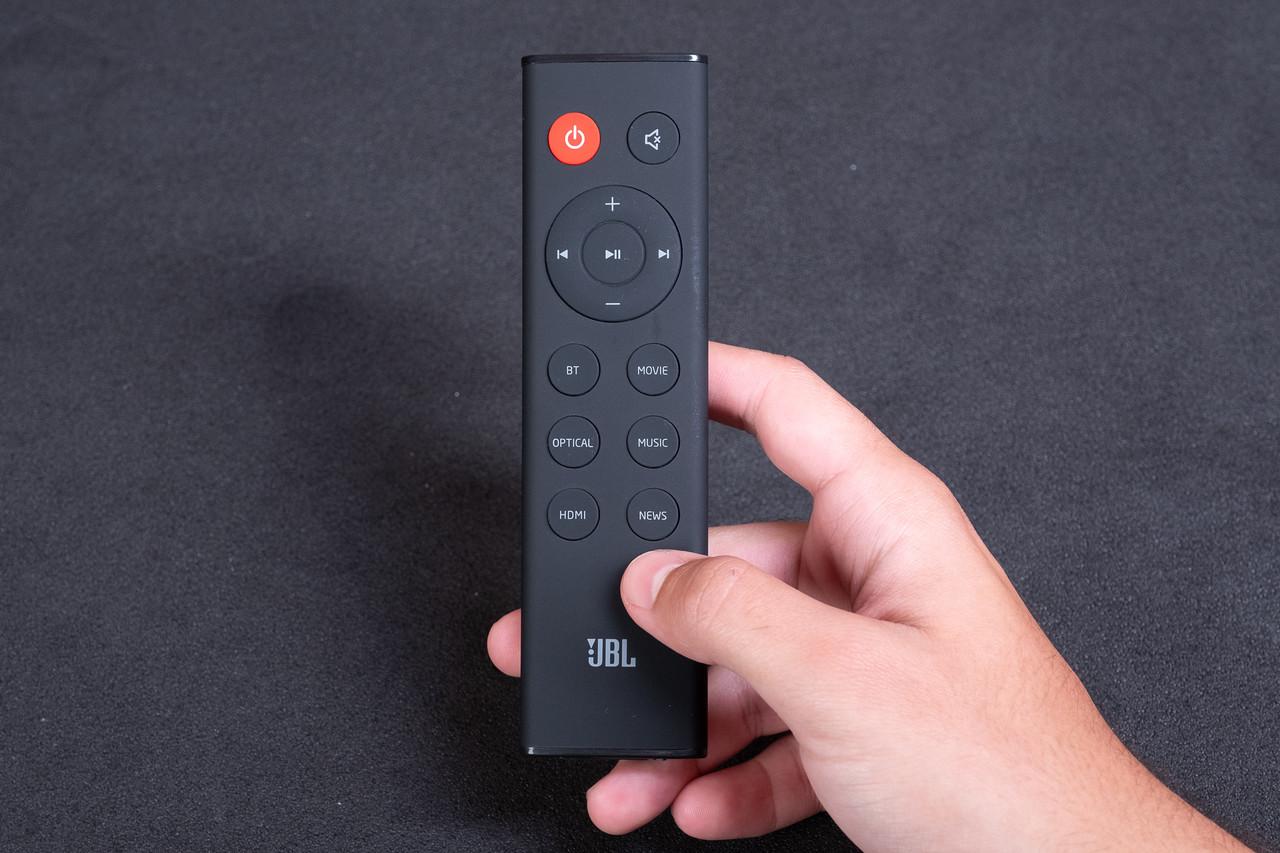 O controle remoto da JBL SB130 é minimalista e fácil de usar (Foto: Zoom)