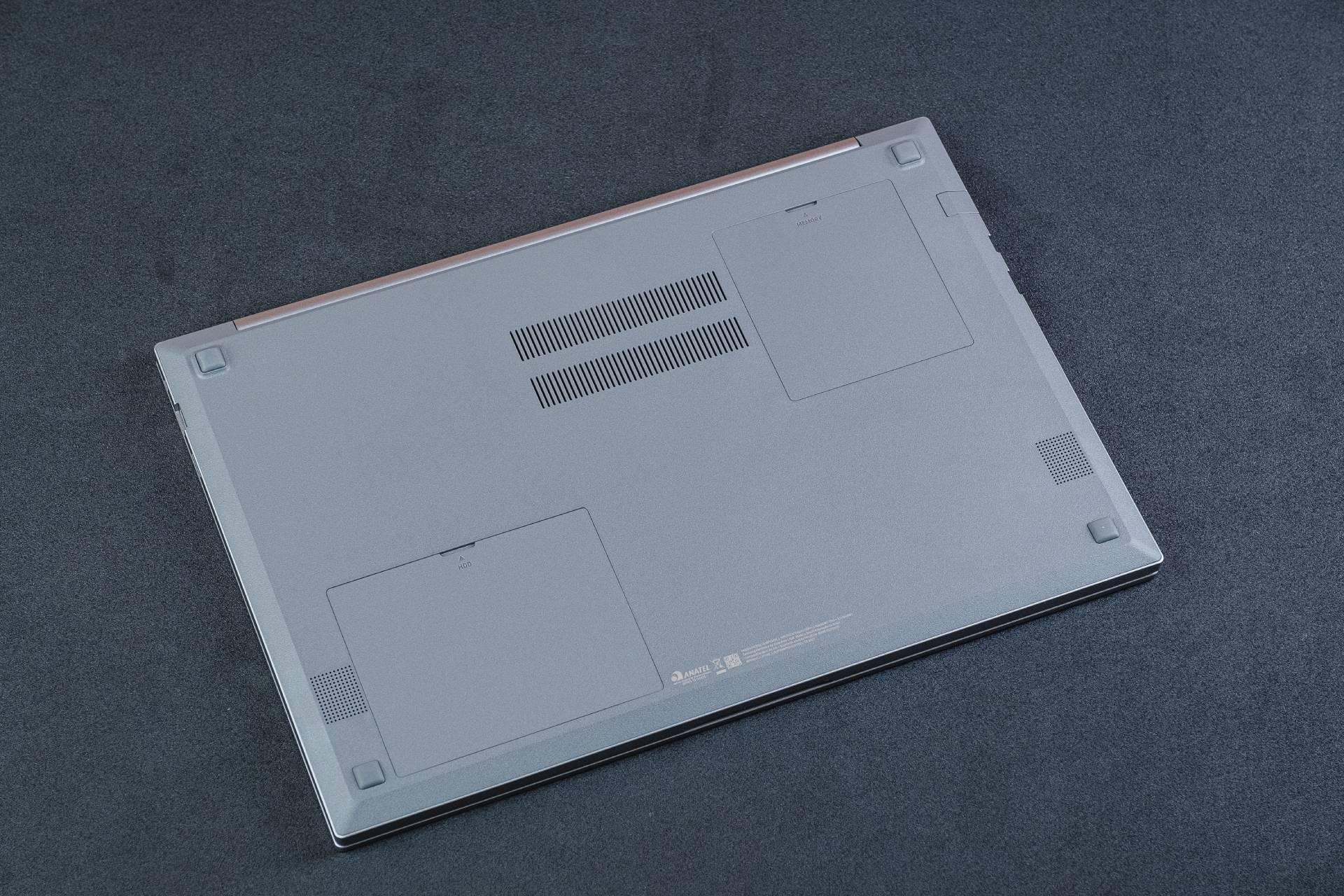 Fácil de abrir, a tampa inferior do Samsung Book X40 permite instalar mais memória RAM, SSD ou trocar o HD que vem com o notebook (Foto: Zoom)