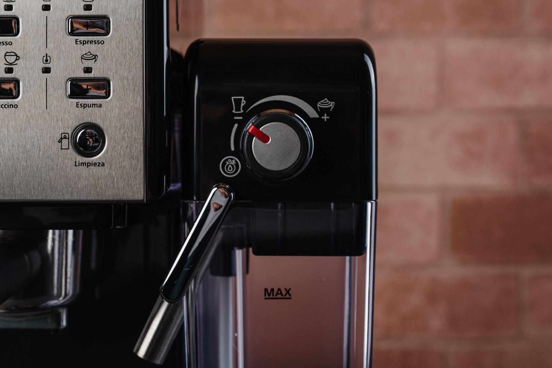 O seletor de espuma da Oster Prima Latte II também pode ser usado para a limpeza interna do aparelho (Foto: Reprodução/Zoom)