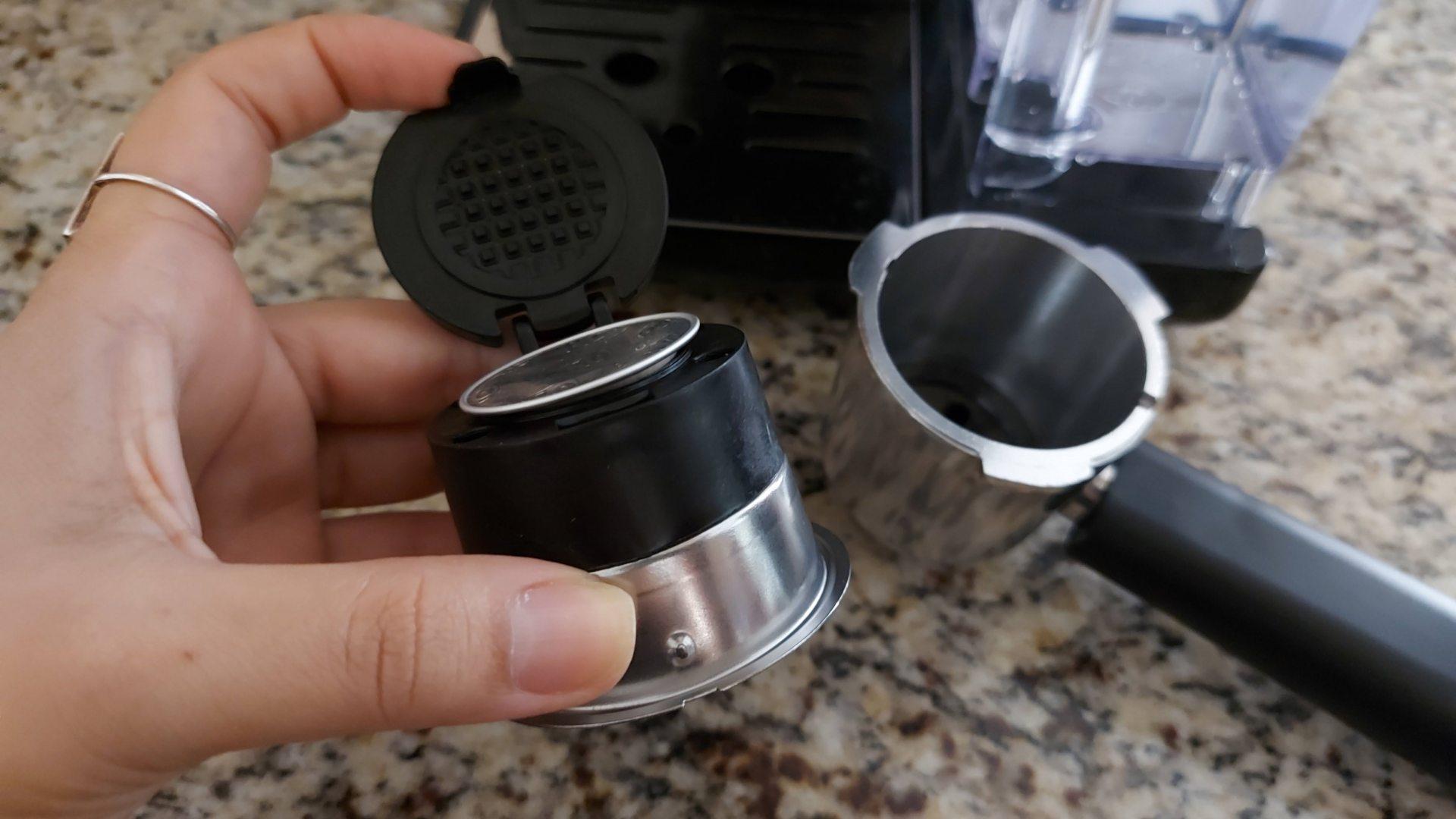 O encaixe da cápsula é feito primeiro no filtro e, depois, no cachimbo que vai na cafeteira (Foto: Acervo Pessoal/Ariel Cristina Borges)