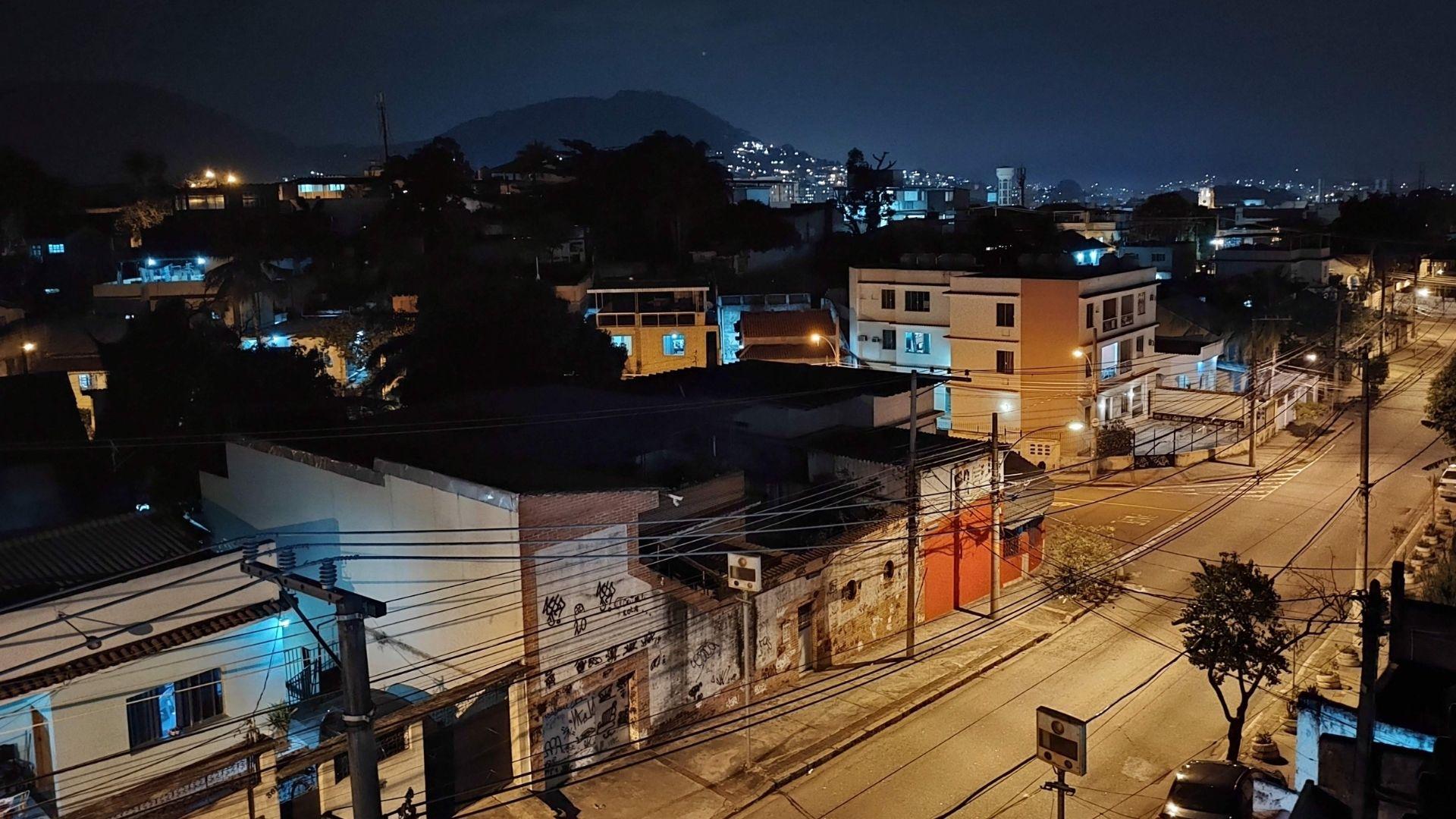 Foto de uma rua, tirada à noite, com modo noturno do Moto G60