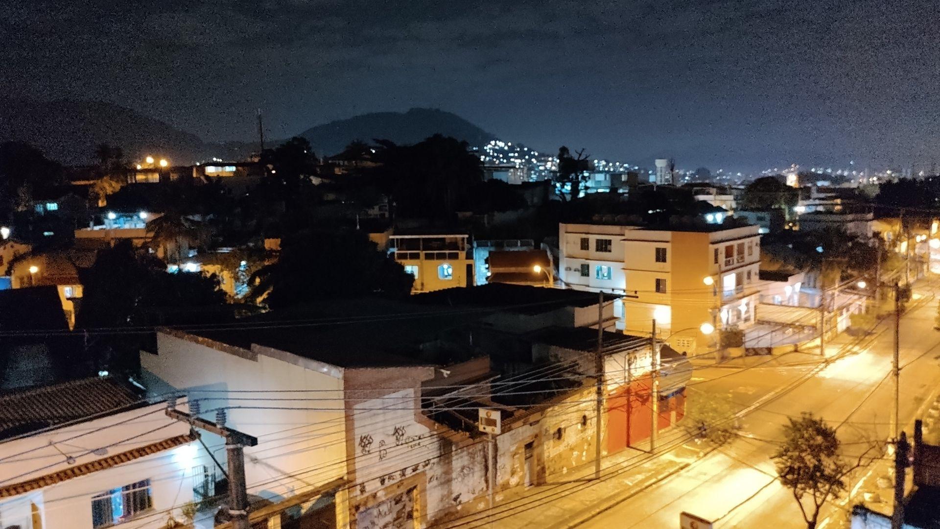 Foto de uma rua, tirada à noite, sem modo noturno com o Moto G60