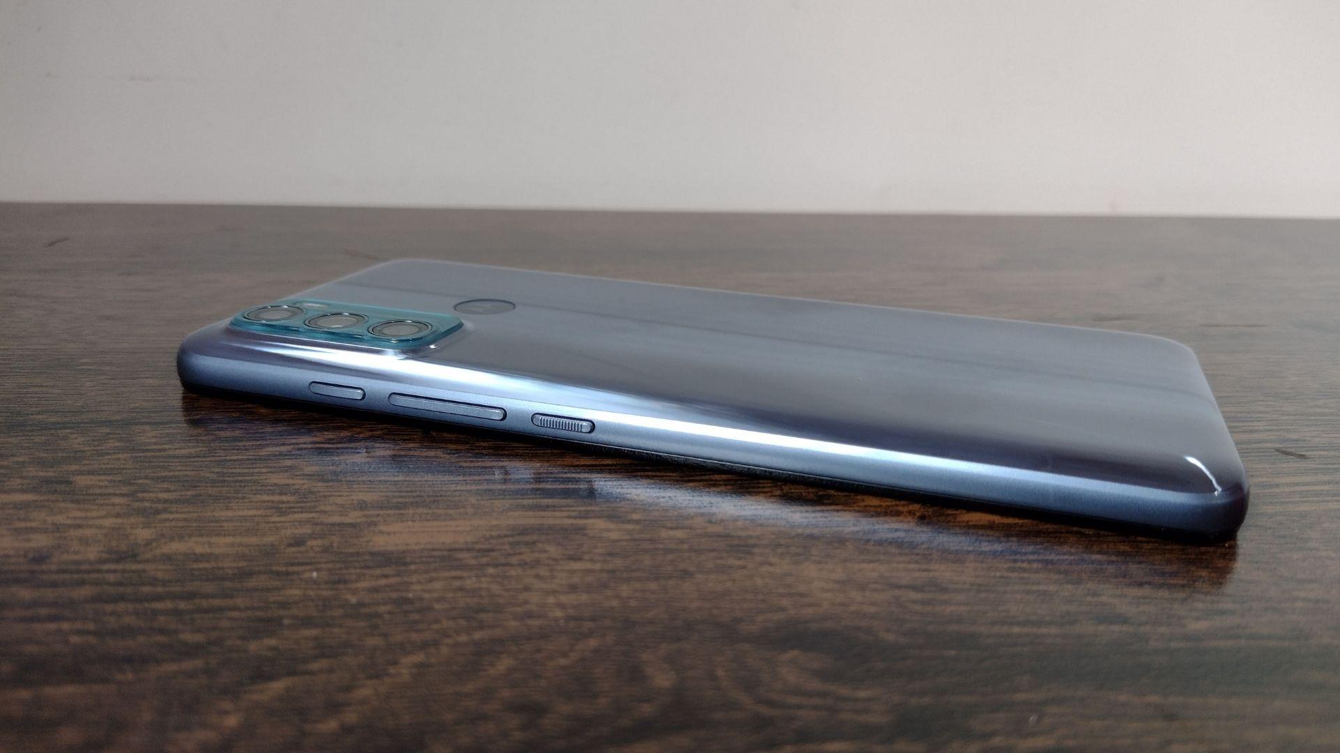 Moto G60 em cima de uma mesa de madeira, com parte traseira voltada para cima