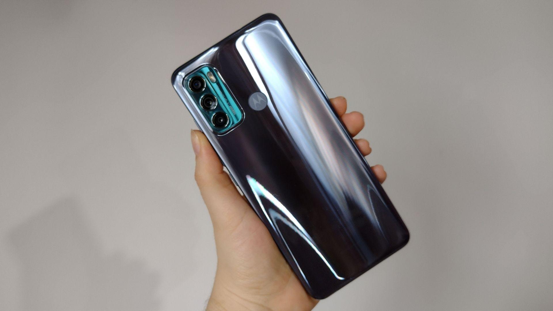 Mão exibindo parte traseira do Moto G60