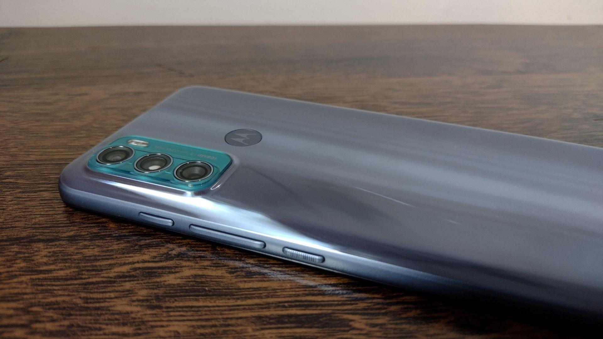 Foto mostra Moto G60 em cima de uma mesa e com parte traseira voltada para cima e com foco no conjunto de câmeras