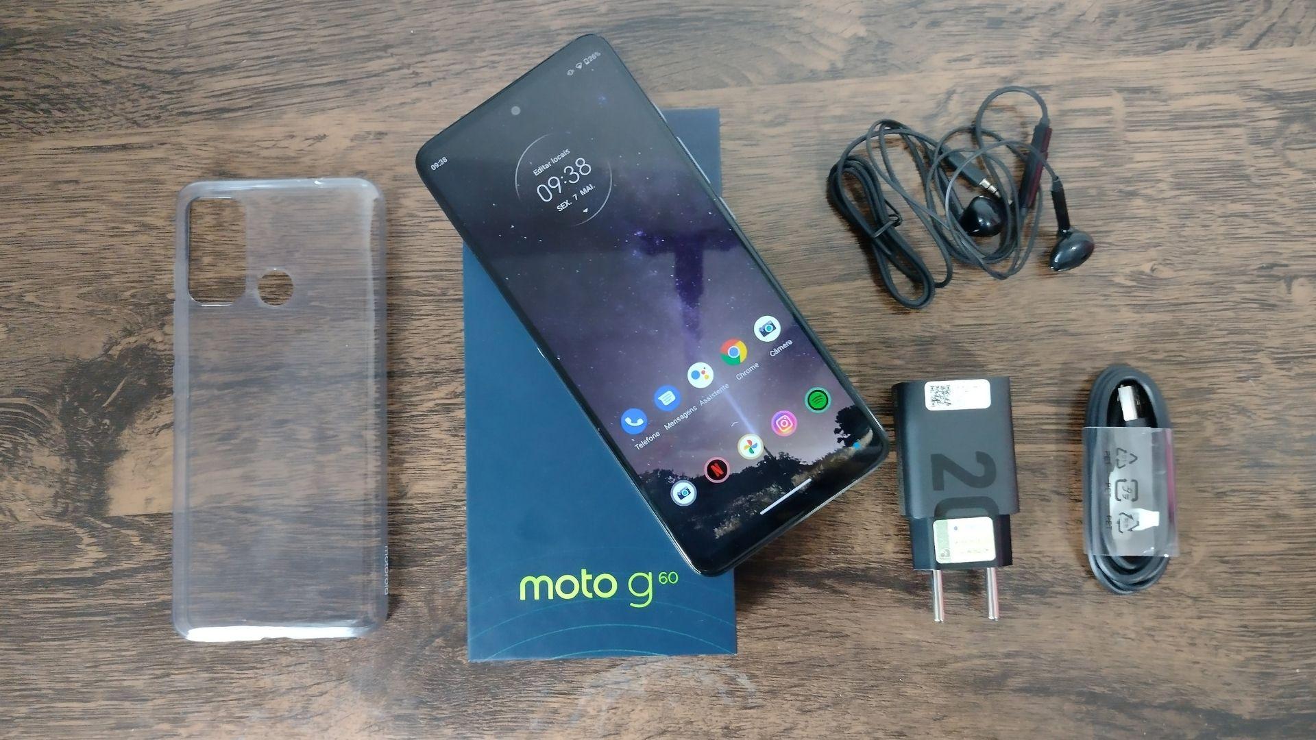 Imagem mostra Moto G60 acompanhado pelo carregador, fone de ouvido, capinha e caixa